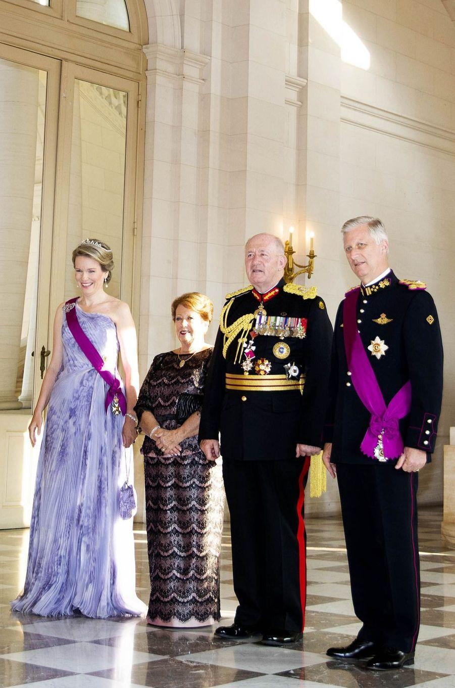 La reine Mathilde et le roi Philippe de Belgique avec le gouverneur général de l'Australie et sa femme à Bruxelles, le 27 juin 2018