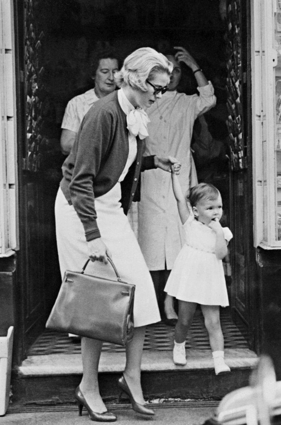 La princesse Caroline de Monaco avec sa maman la princesse Grace le 18 septembre 1958