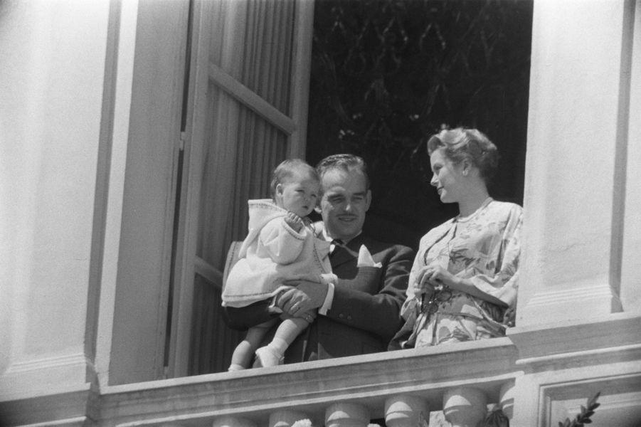 La princesse Caroline de Monaco avec ses parents le prince Rainier III et la princesse Grace le 1er novembre 1957