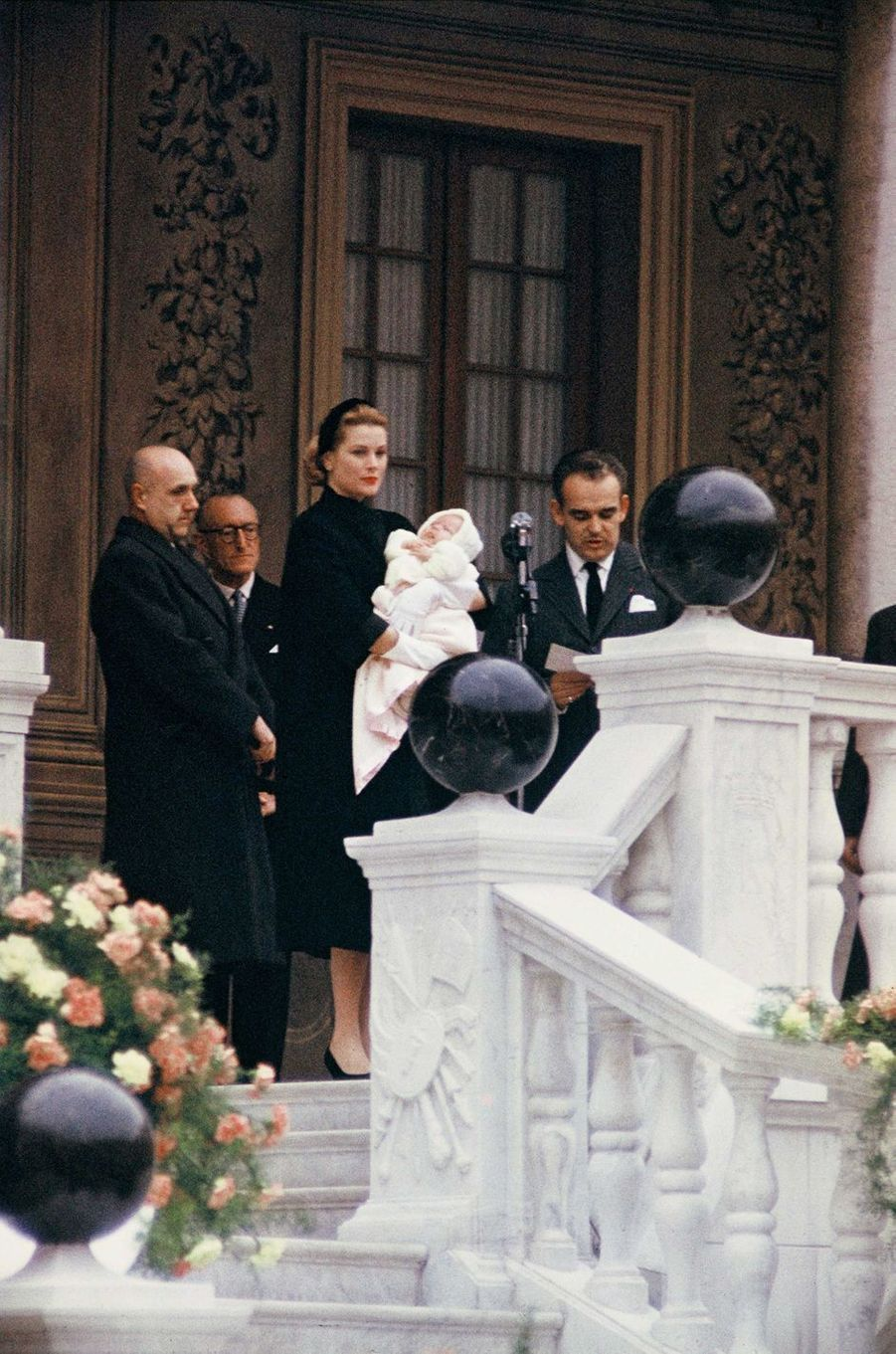 La princesse Caroline de Monaco avec ses parents le prince Ranier III et la princesse Grace, en mars 1957