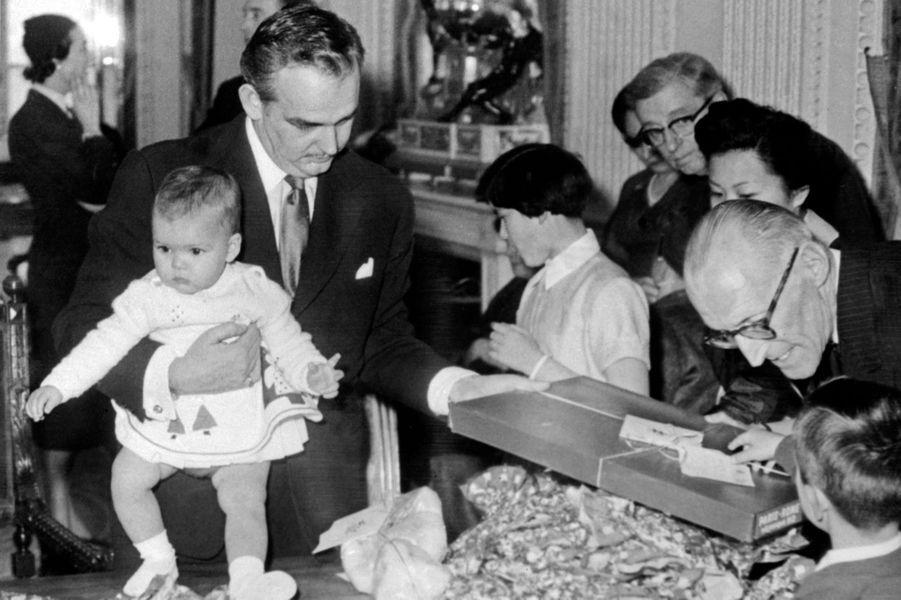 La princesse Caroline de Monaco avec son père le prince Rainier III, le 30 décembre 1957