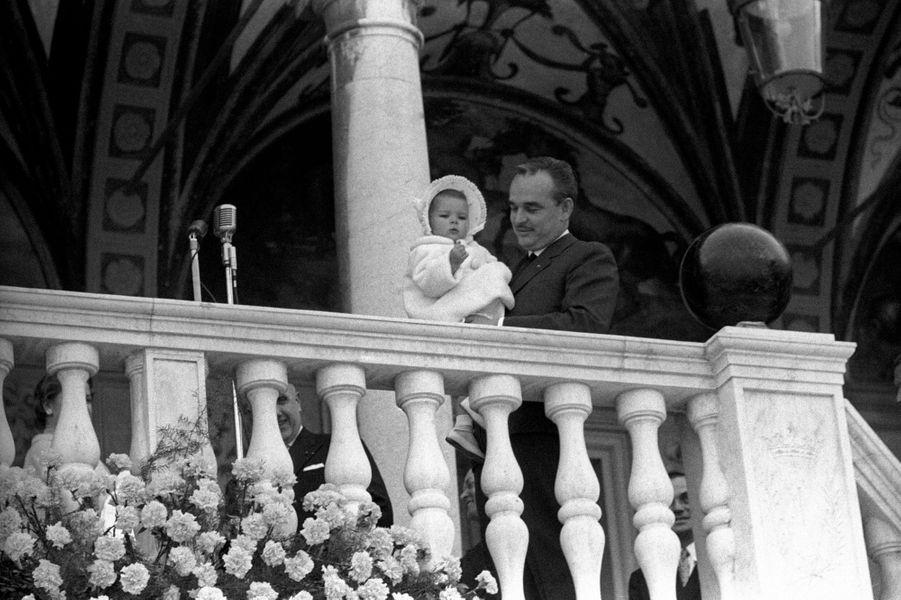 La princesse Caroline de Monaco avec son père le prince Rainier III, le 21 avril 1958