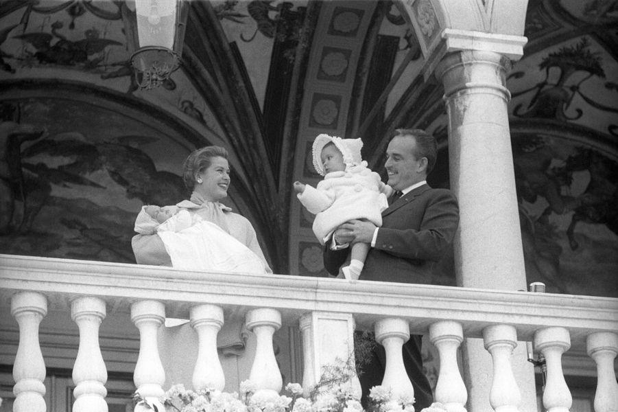 La princesse Caroline de Monaco avec ses parents le prince Rainier III et la princesse Grace, et son petit frère le prince Albert, le 21 avril 1958