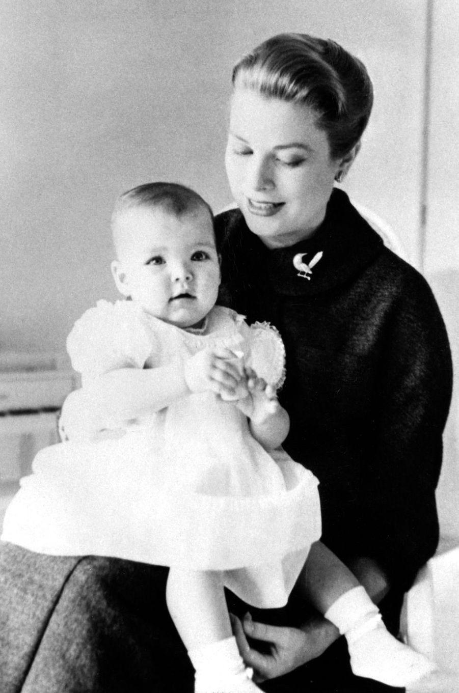 La princesse Caroline de Monaco avec sa maman la princesse Grace en janvier 1958