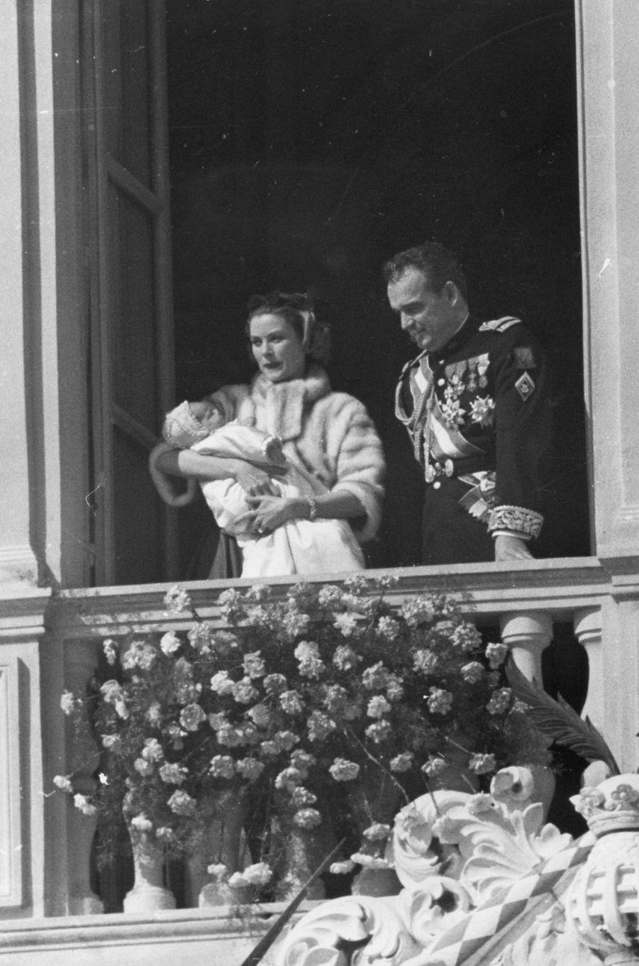 La princesse Caroline de Monaco le jour de son baptême avec ses parents le prince Rainier III et la princesse Grace le 5 mars 1957
