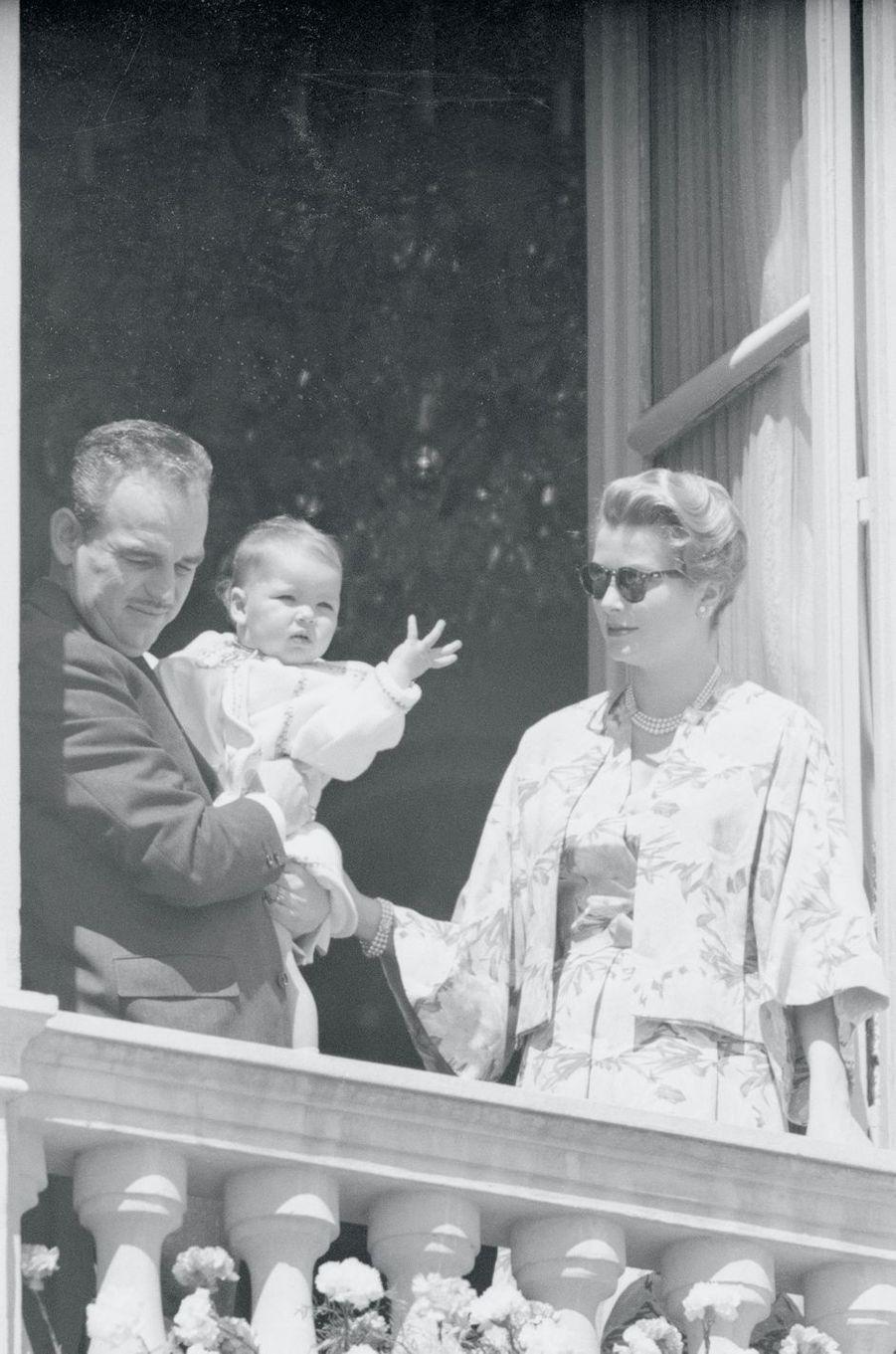 La princesse Caroline de Monaco avec ses parents le prince Rainier III et la princesse Grace, le 21 avril 1958