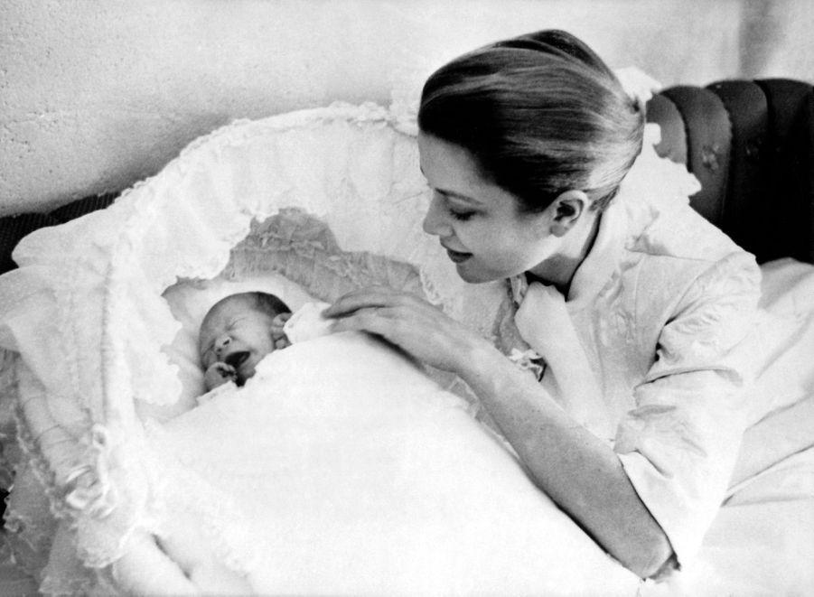 Premier portrait officiel de la princesse Caroline de Monaco âgée de 3 jours, avec sa maman la princesse Grace le 26 janvier 1957