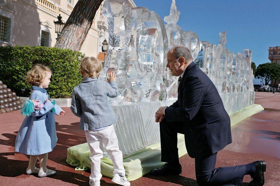 Avec « Jacky » et « Bella », devant une sculpture éphémère : « Happy Birthday » en glace, place du Palais, mercredi 14 mars.