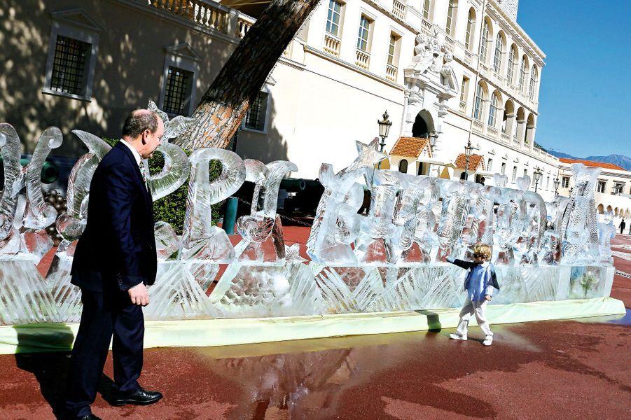 Le prince face à son successeur: « Jacques observe beaucoup, il est moins bavard que sa soeur », commente Albert.