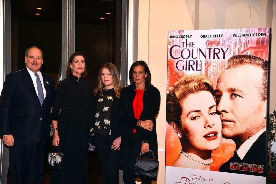 Albert II de Monaco, Caroline de Hanovre, Camille Gottlieb et Stéphanie de Monaco, samedi soir, devant l'affiche du film «Une Fille de la province», pour lequel Grace Kelly a obtenu l'oscar de la meilleure actrice.