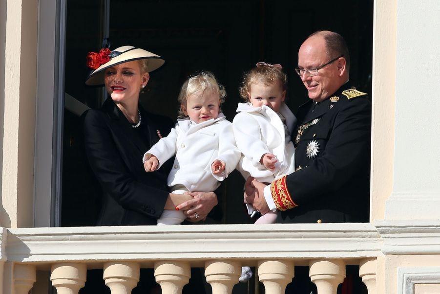 Charlène de Monaco, le prince Albert et leurs jumeaux Jacques et Gabriella au balcon du palais lors de la Fête Nationale
