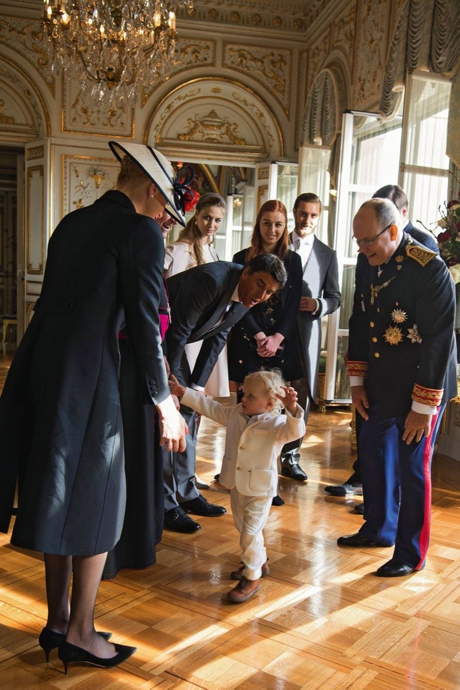 Dans le salon des Glaces, le jeune prince Jacques sait capter l'attention de son public.