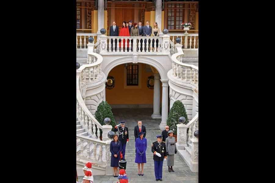 La famille princière rassemblée dans la cour d'honneur du palais pour la prise d'armes.