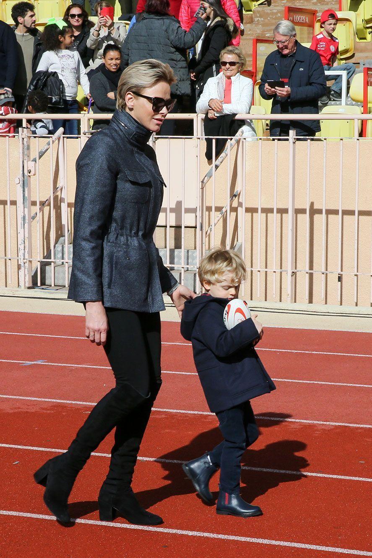 Charlène de Monaco et le prince héréditaire Jacques, ballon en main, samedi au stade Louis-II.