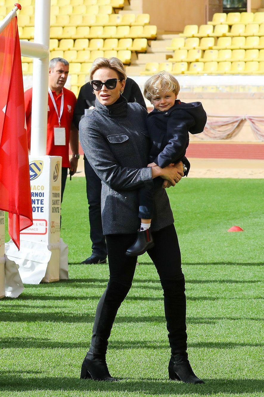 Le prince Jacques dans les bras de sa maman, Charlène de Monaco.