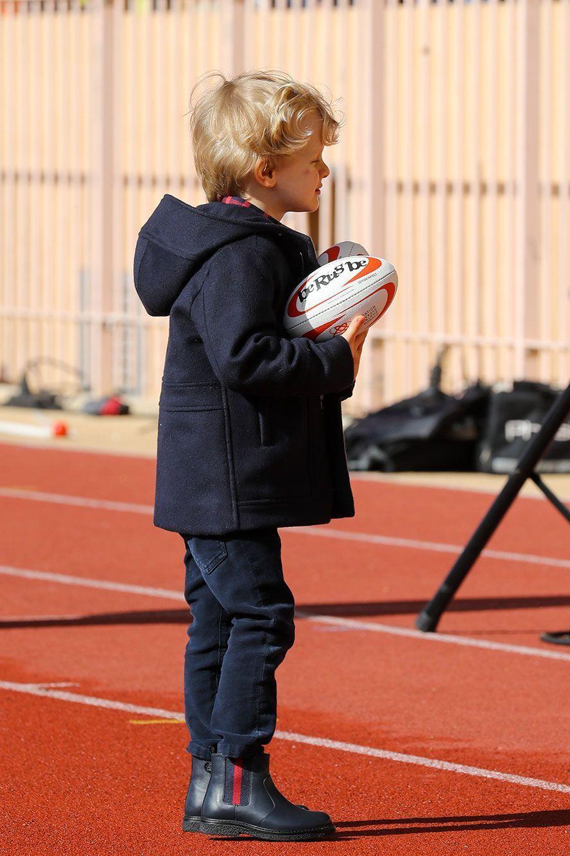 Le prince Jacques tient son ballon de rugby, samedi au stade Louis-II.