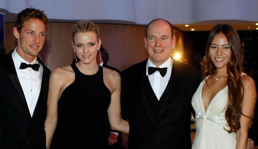 Le Prince Albert de Monaco pose ici avec la belle Charlene, Jenson Button et la sublime Jessica Michibata.