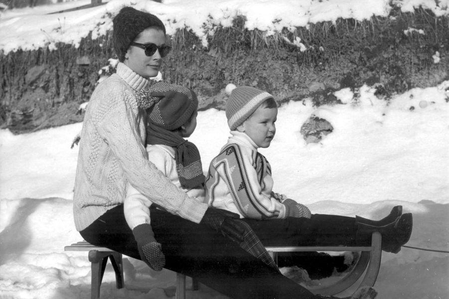 Albert avec sa mère Grace et sa soeur Caroline à Gstaad en février 1962