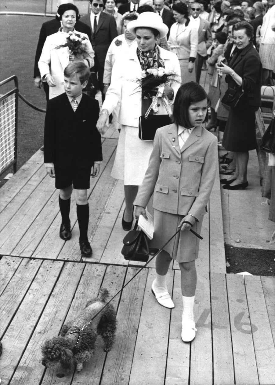 Albert avec sa mère Grace et sa soeur Caroline en 1965