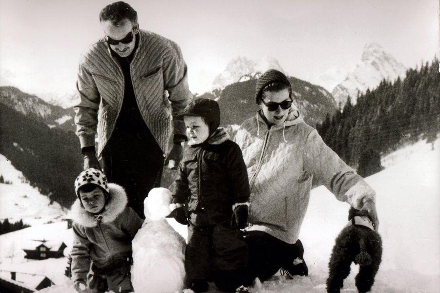 Albert avec son père Rainier, sa mère Grace et sa soeur Caroline à Gstaad en février 1962