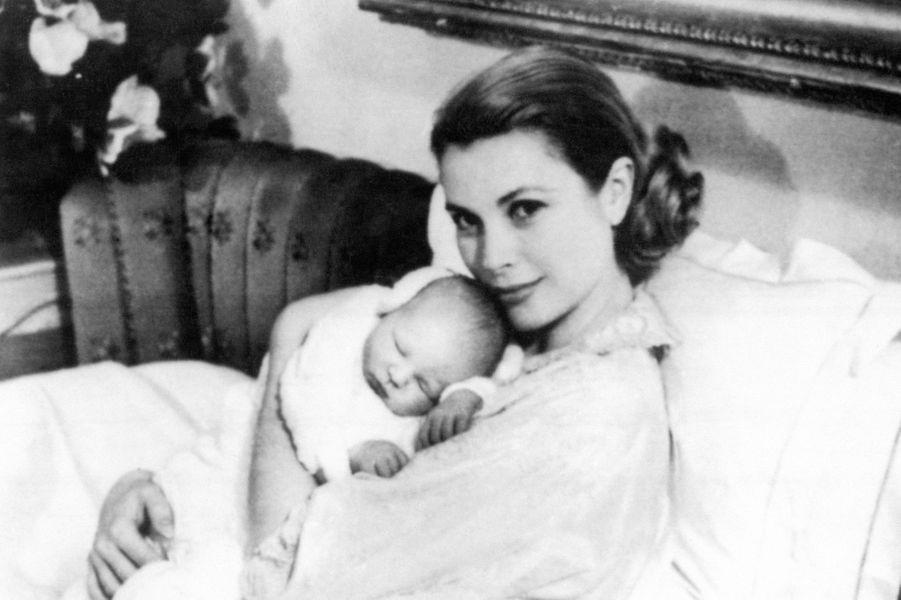 Albert dans les bras de sa mère Grace, après sa naissance en mars 1958