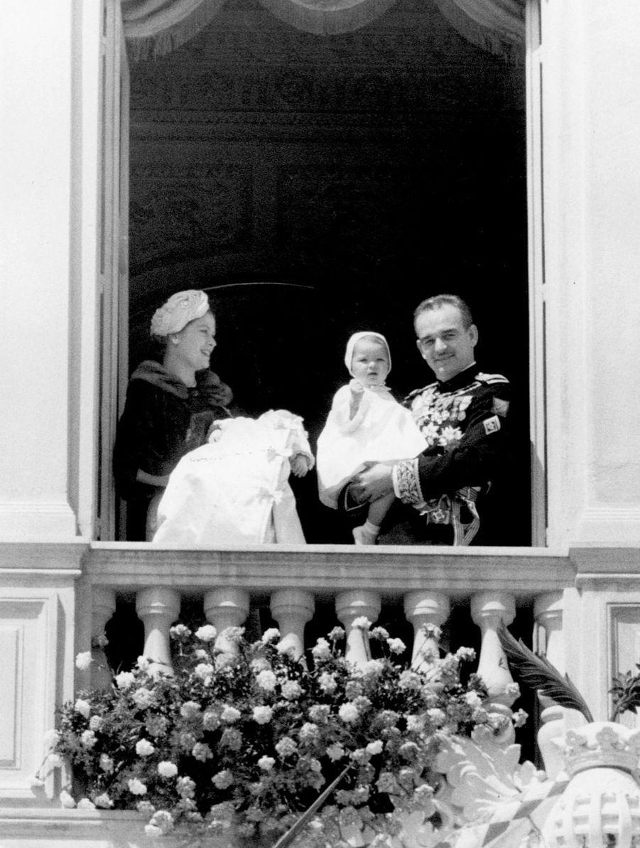 Le prince Albert au balcon du palais après son baptême, le 1er avril 1958