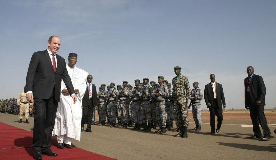 Albert II de Monaco a entamé lundi sa visite d'Etat au Mali. Son Altesse Sérénissime a été accueillie par le président Amadou Toumani Touré à l'aéroport de Sénou. Durant son séjour, le prince doit s'entretenir avec de nombreux officiels, notamment le Premier ministre Cissé Mariam Kaïdama Sidibé, et visiter des structures dans les domaines de la santé et de l'éducation cofinancées par la Coopération internationale monégasque, qui intervient depuis six ans dans le pays. Après l'inauguration du Consulat Honoraire de Monaco, Albert II poursuivra mercredi son voyage officiel au Burkina Faso jusqu'au 17 février.