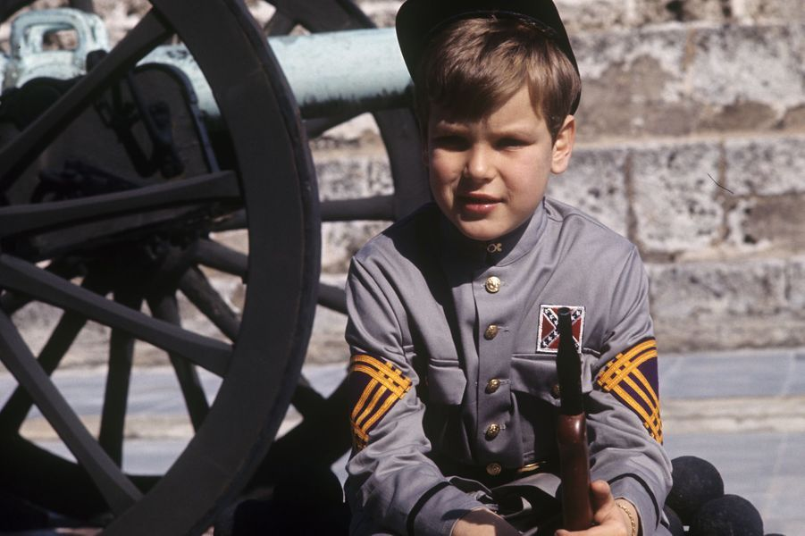 Le prince Albert, 8 ans, joue aux cowboys dans les jardins du palais.