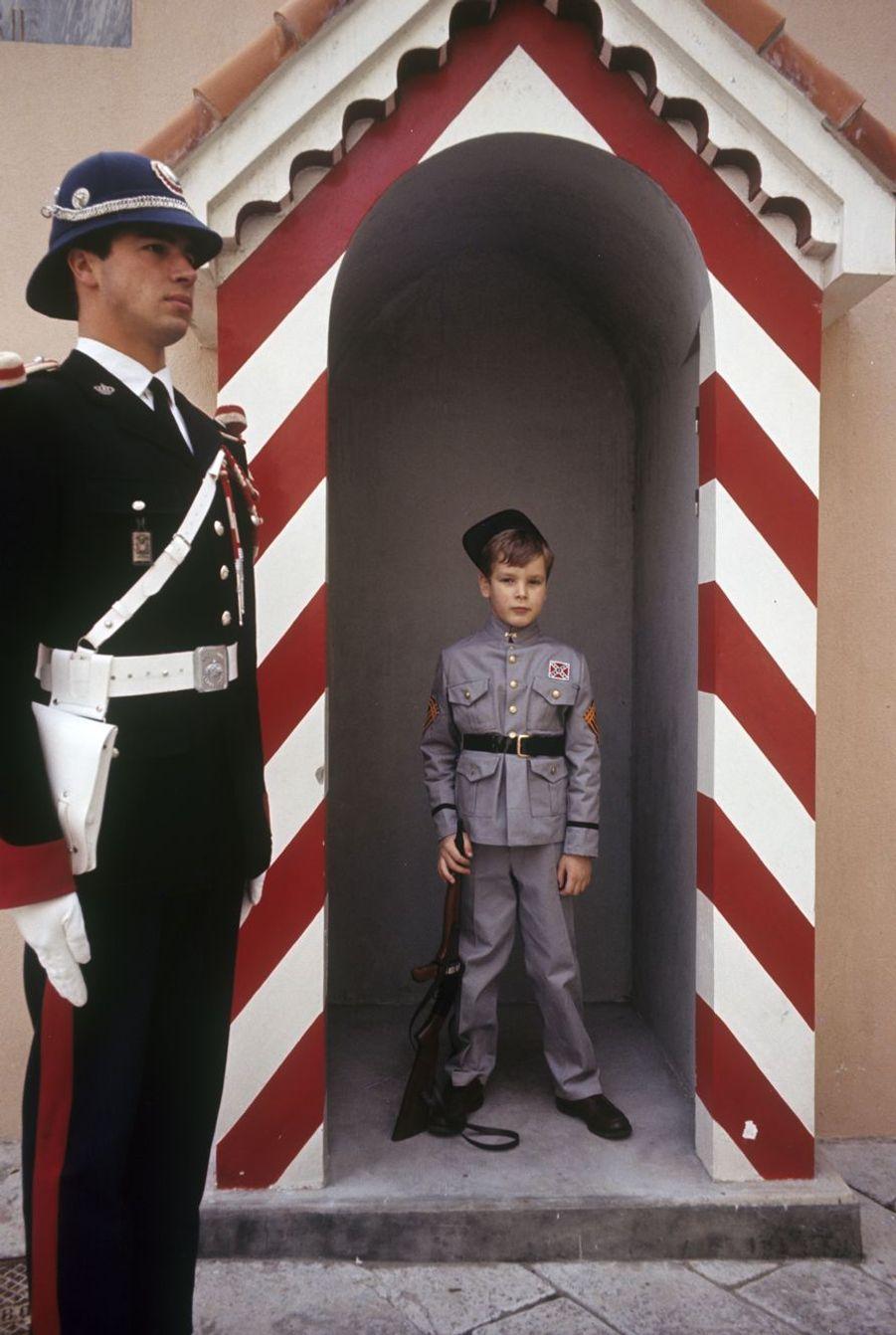 Le prince Albert, 8 ans, joue aux cowboys devant le palais.