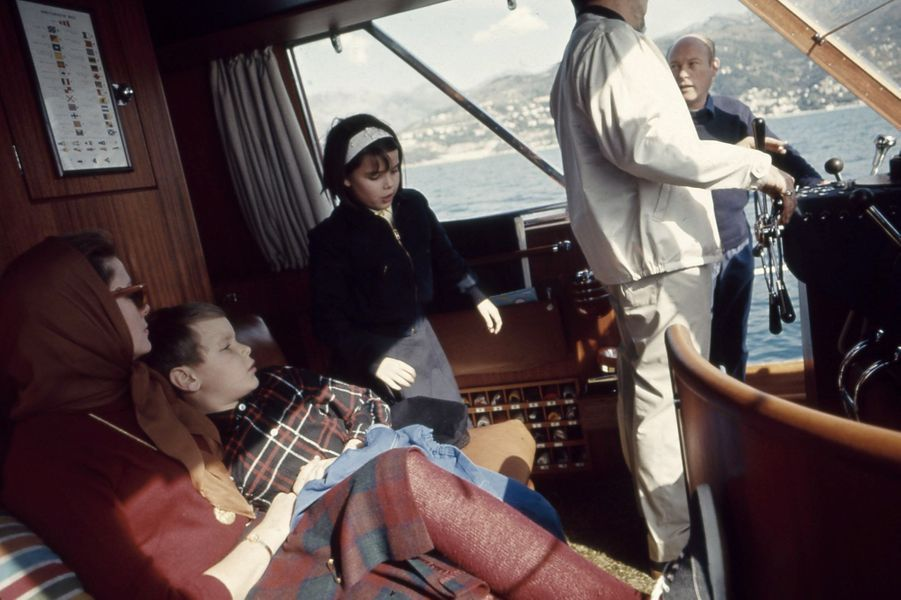 """Le prince Albert dans les bras de sa mère Grace, à bord du yacht """"Carostefal"""" - du nom des trois enfants."""