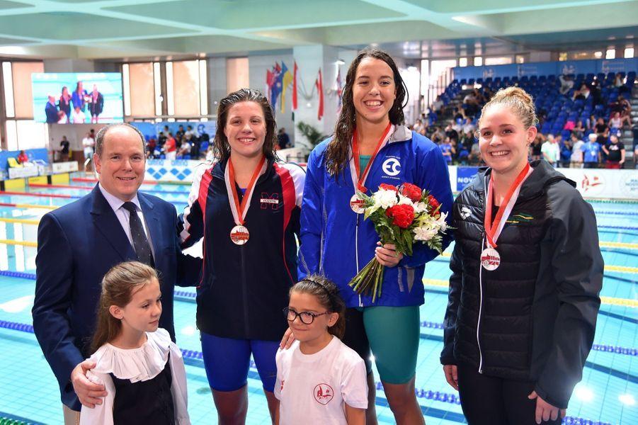 Le prince Albert II de Monaco remet les prix du 400M 4 nages à Mary Sophie Harvey, arrivé 1ère, à Leah Neale, la seconde, et la 3ème Elyse Woods au XXXVème Meeting International de Natation de Monte-Carlo à Monaco, le 11 juin 2017.