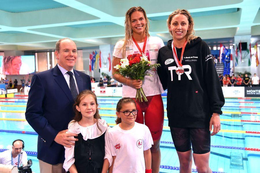Le prince Albert II de Monaco remet les prix du 50M brasse dames à Yuliya Efimova, arrivée 1ère, et à Jennie Johansson, la seconde au XXXVème Meeting International de Natation de Monte-Carlo à Monaco, le 11 juin 2017.