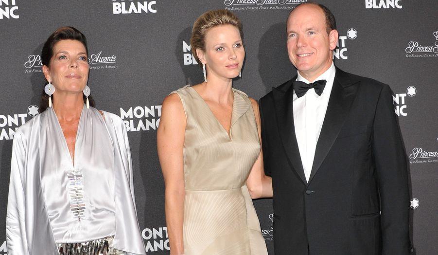 Le Prince était jeudi soir à l'Opéra de Monaco en compagnie de son épouse Charlène, pour le lancement de la nouvelle collection Mont Blanc inspirée de sa mère, la légendaire Grace Kelly. Albert de Monaco a pu compter sur la présence de sa sœur ainée Caroline, à qui la Princesse Grace et le prince Rainier ont donné naissance en 1957.