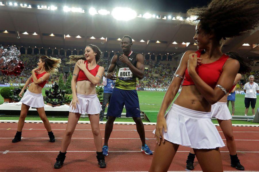 Usain Bolt danse avec les pom-pom girls à Monaco.