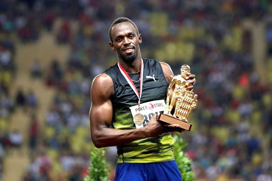 Usain Bolt fier de son trophée.