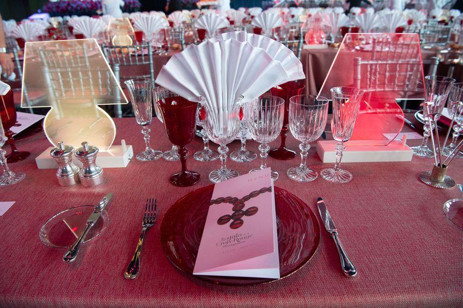 Un aperçu de la table du dîner de gala de la Croix Rouge.