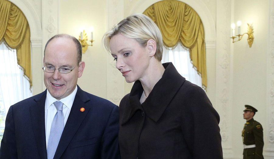 Le prince Albert II de Monaco et la princesse Charlène ont débuté lundi une tournée officielle en Europe de l'Est. Après deux jours passés en Lituanie, où il a rencontré la présidente du pays Dalia Grybauskaite, le couple s'est ensuite envolé vers la Pologne. Mercredi, à Varsovie, Albert et Charlène ont ainsi rencontré le président Komorowski et son épouse Anna. Ils resteront sur place jusqu'à vendredi.