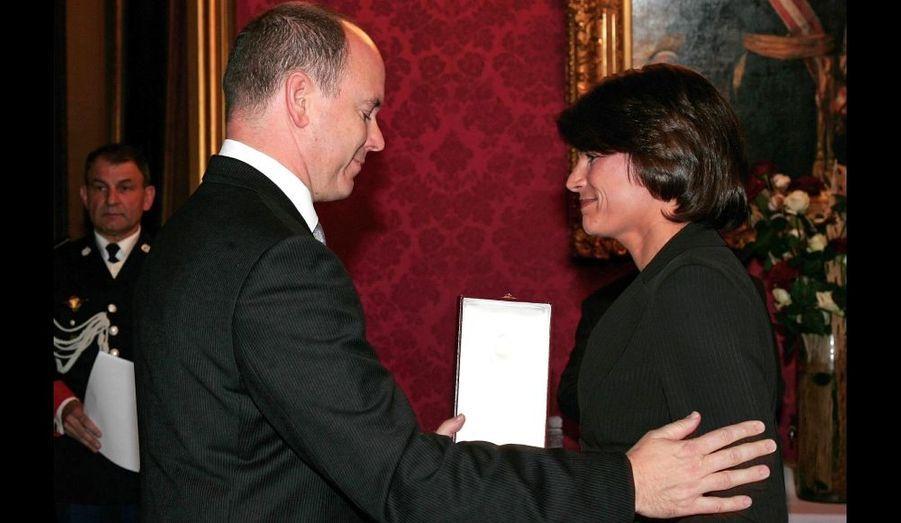 Albert lui remet la Grande Croix de l'Ordre de Grimaldi en 2005
