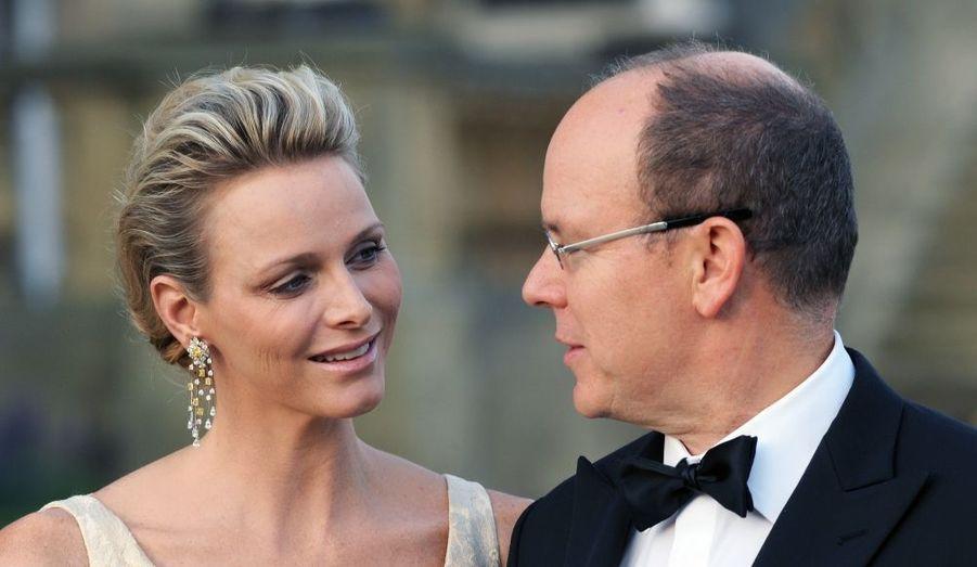 Le prince Albert II de Monaco et son épouse Charlène ont assisté dimanche au jubilé d'or du Variety Club du Yorkshire, à Leeds. Et leur amour de s'afficher de nouveau au grand jour, en dépit des rumeurs.