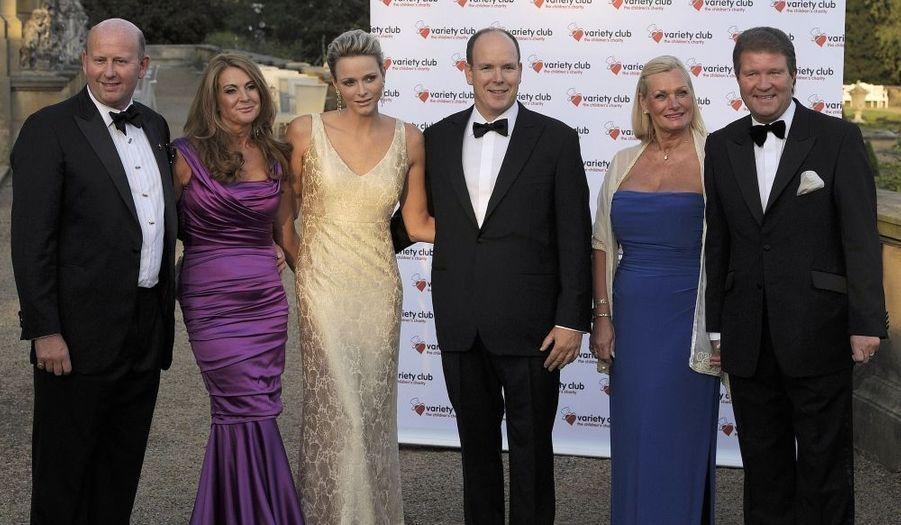 Le prince Albert II de Monaco et la princesse Charlène posent en compagnie de David Wilson, son épouse Gail, Stephen Bolton et son épouse Robin.