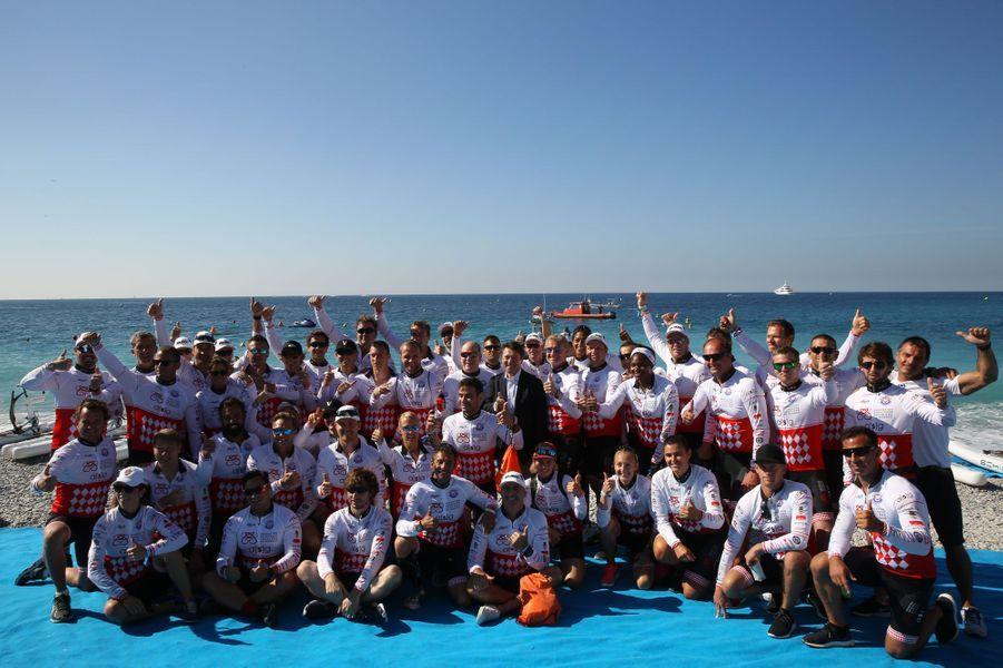 La photo de groupe des participants du Riviera Water Bike Challenge