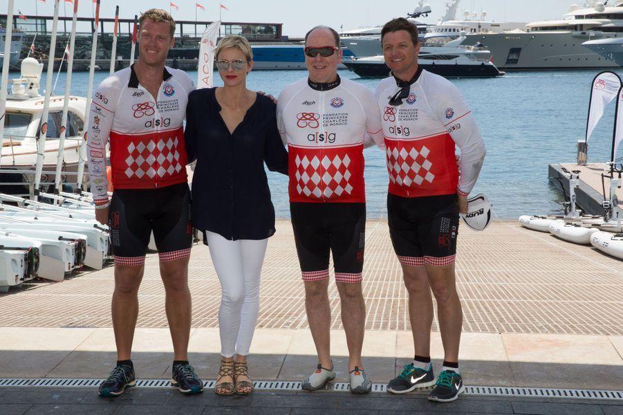 La princesse Charlène et le prince Albert II de Monaco posent à l'arrivée de la course.