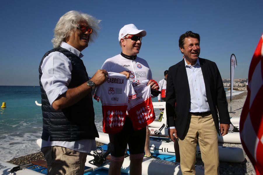 Le prince Albert II et le maire de Nice Christian Estrosi avant le départ. Deux petits maillots ont spécialement été conçus pour les jumeaux Gabriella et Jacques.