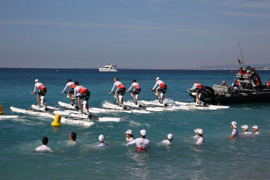 Les concurrents s'élancent : direction, Monaco... après 21 km de mer.