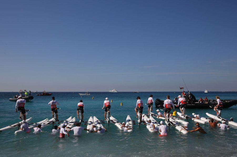 Les concurrents sur la ligne de départ du Riviera Water Bike Challenge.