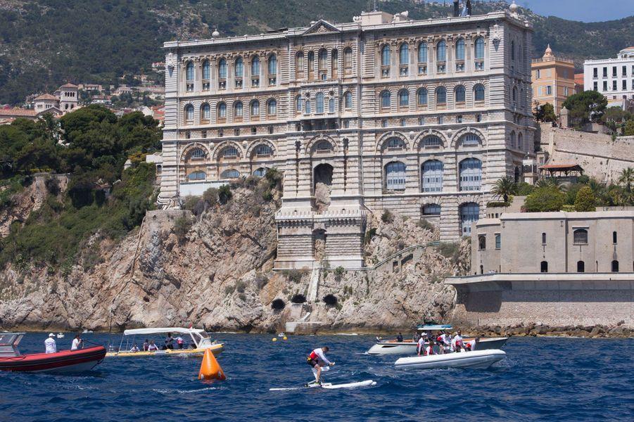 Les coureurs filent devant l'imposant Musée océanographique de Monaco.