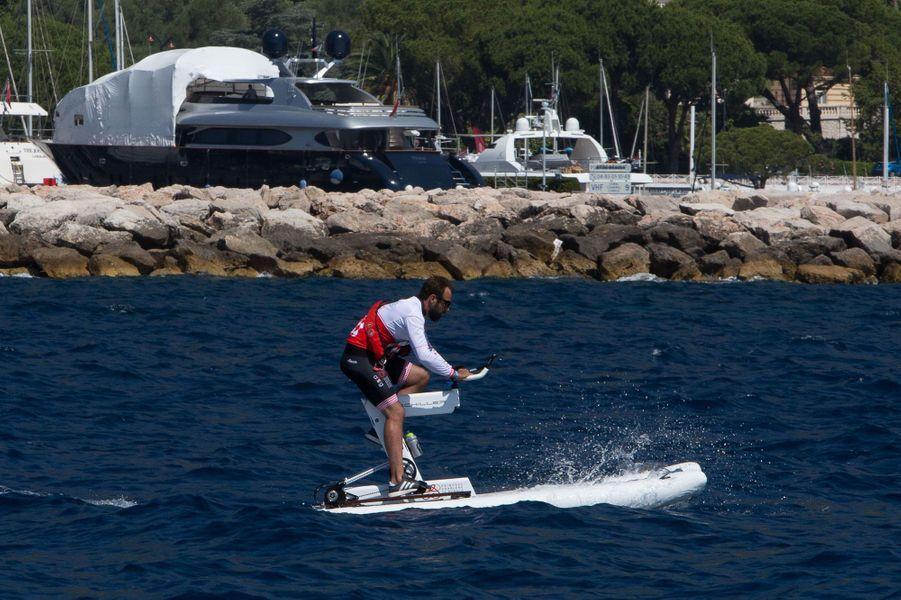 Un concurrent du Riviera Water Bike Challenge en plein effort.
