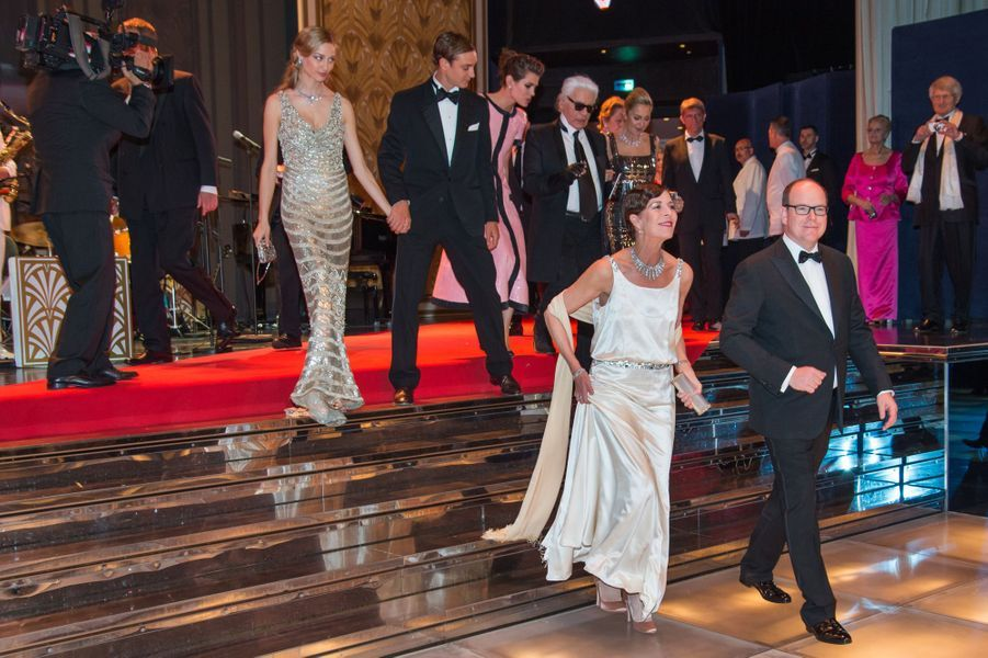 Le prince Albert II de Monaco et la princesse Caroline, avec ses enfants Charlotte et Pierre, au bal de la Rose à Monaco, le 28 mars 2015