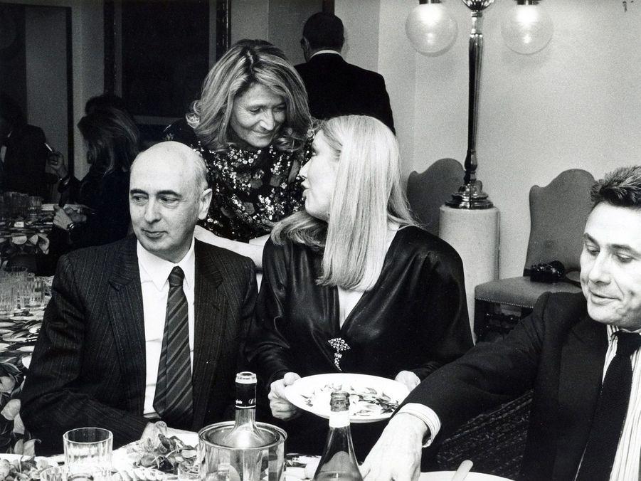 1985: Debout, Marta Marzotto. A gauche, Giorgio Napolitano, futur président italien