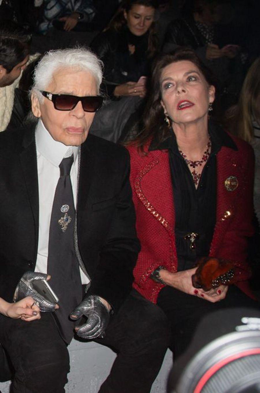 La princesse Caroline de Hanovre avec Karl Lagerfeld au défilé Chanel à Rome, le 1er décembre 2015